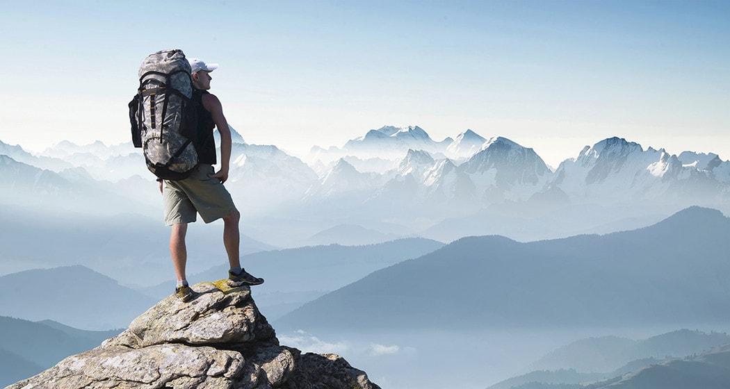 Man met backpack in de bergen
