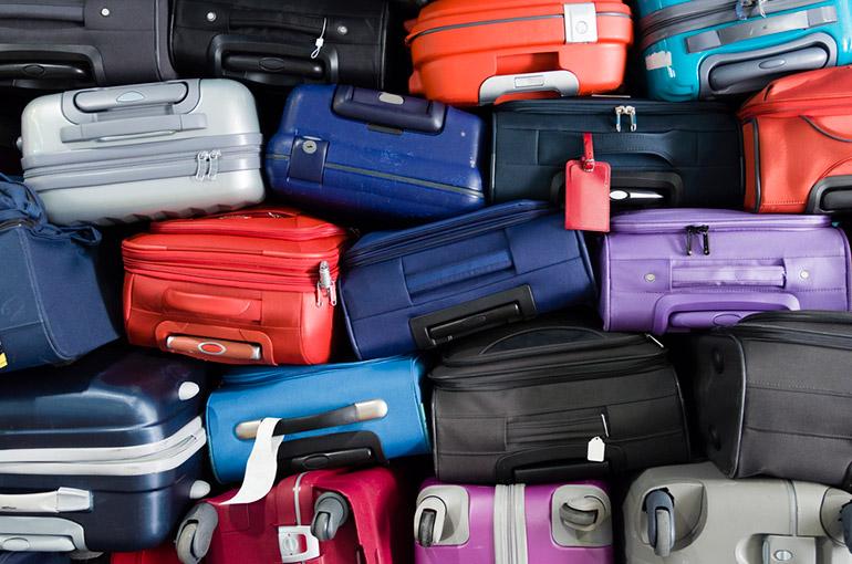 Koffers op elkaar